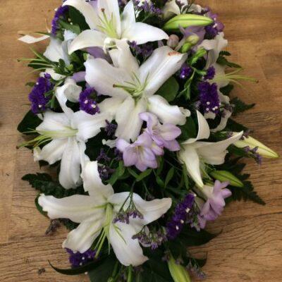 Surulaite Valkoinen lilja, lila freesia, sininen ikikukka.